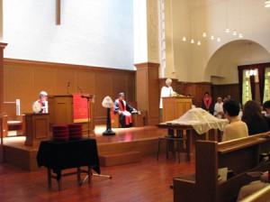 霊を記念する赤色の典礼布で礼拝を共にしました。